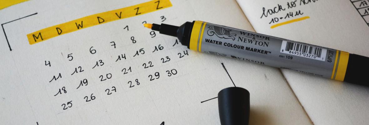 kalenteri ja korostuskynä